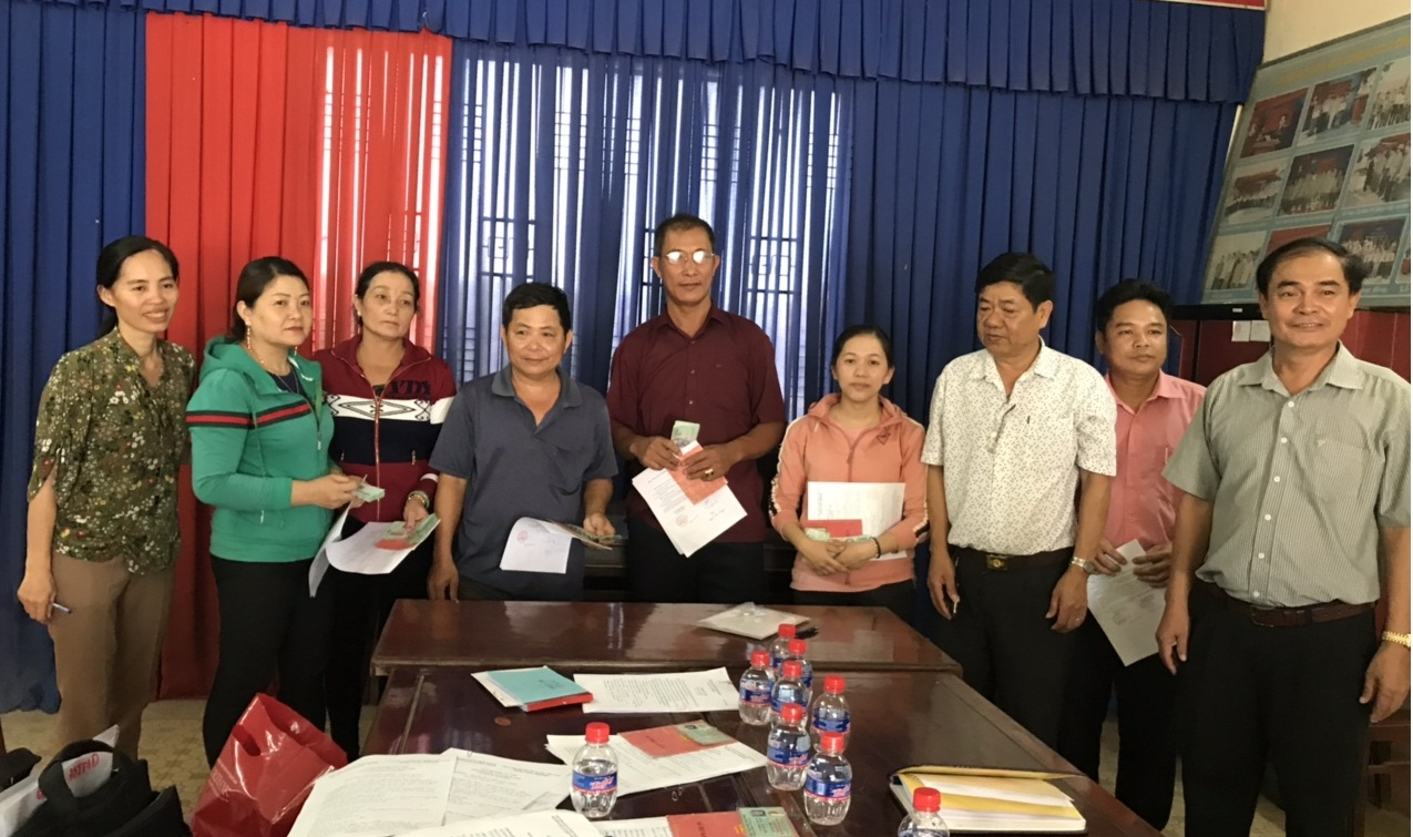 Các hội viên nông dân chi Hội nghề nghiệp Trồng mít nhận vốn để phát triển sản xuất
