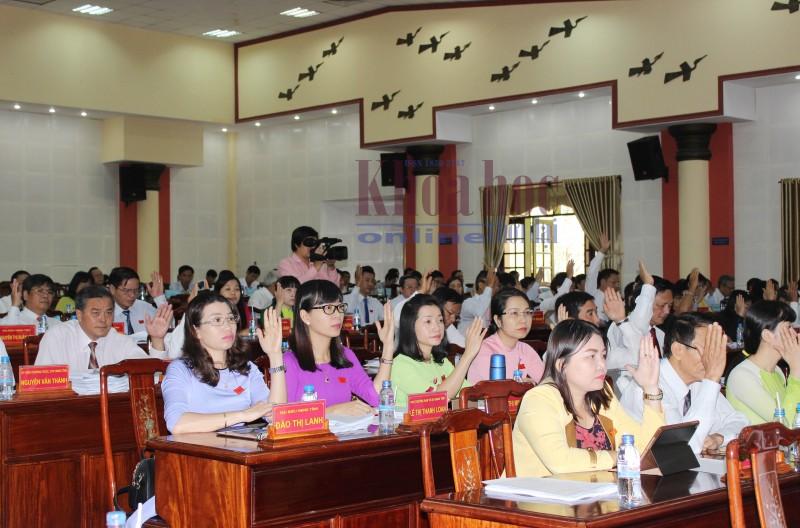 Các đại biểu HĐND tỉnh Bình Phước biểu quyết thông qua nghị quyết