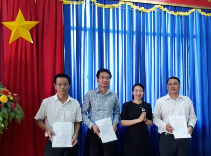 Đồng chí Đào Thị Lanh - TUV, CT Hội Nông dân tỉnh trao các quyết định
