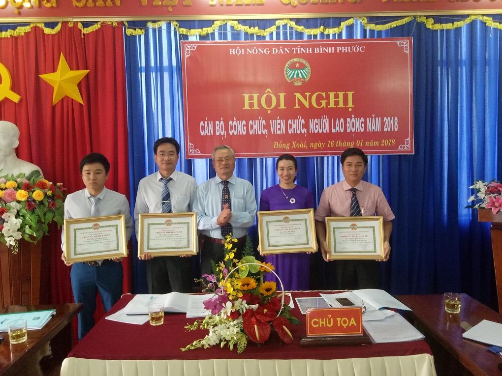 Đ/c Nguyễn Văn Chơ - Phó Chủ tịch, Bí thư Chi bộ HND tỉnh tặng bằng khen cho các đồng chí đạt danh hiệu chiến sĩ thu đua cấp cơ sở.