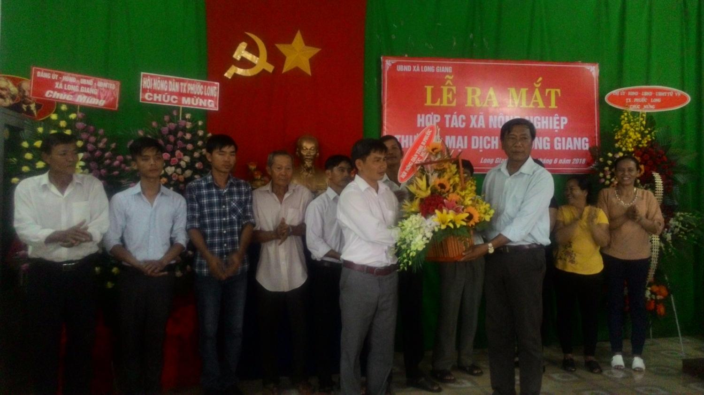 Đ/c Lê Lý Tưởng - Trưởng ban Tuyên giáo HND tỉnh tặng hoa chúc mừng buổi lễ