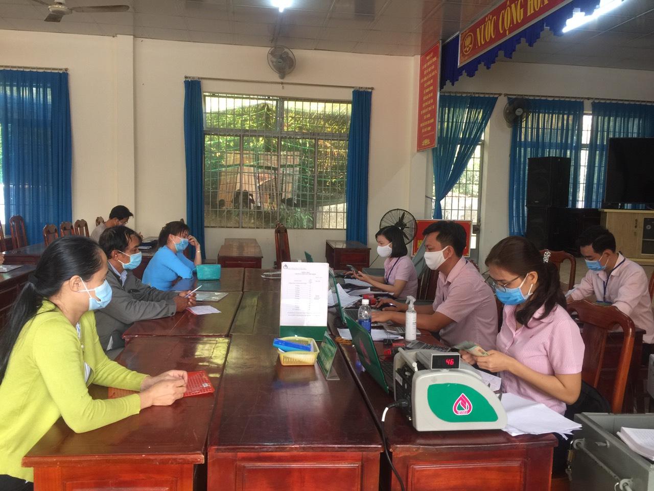 Phòng giao dịch Ngân hàng Chính sách xã hội huyện Chơn Thành thực hiện giao dịch tại điểm giao dịch xã Minh Lập